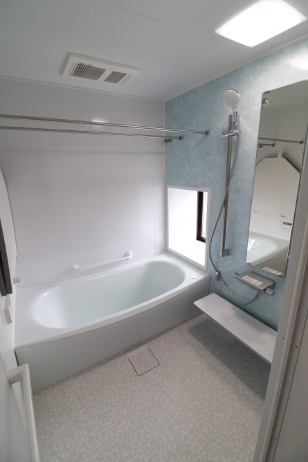 爽やかな色合いのバスルームでもう水漏れも安心
