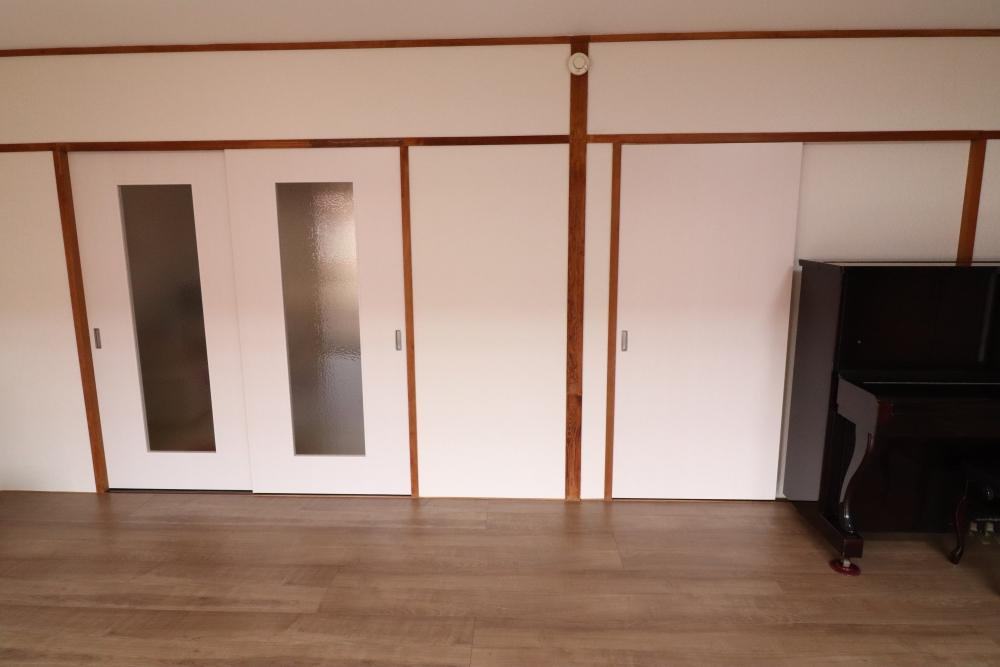 和風のドアから明るく洋風な造作ドアを新調