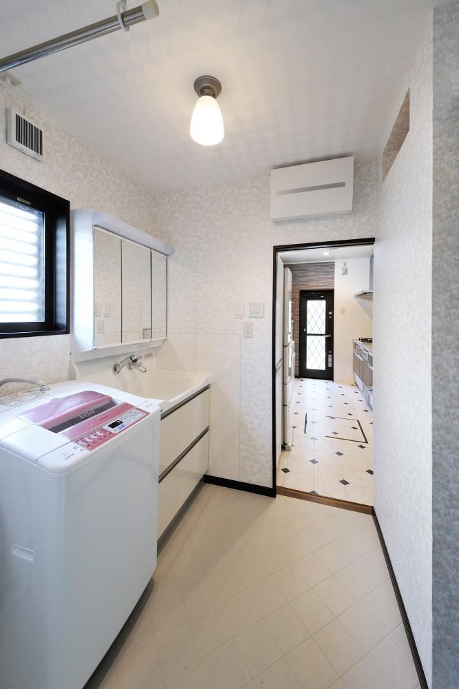 【洗面所】キッチンへの動線もフラットで安心使用。
