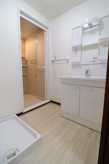 洗面台や壁もホワイトで明るく