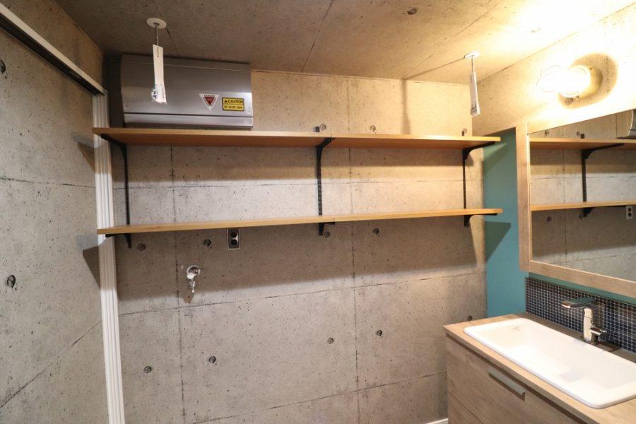 洗濯機壁を解体して可動造作棚を新設