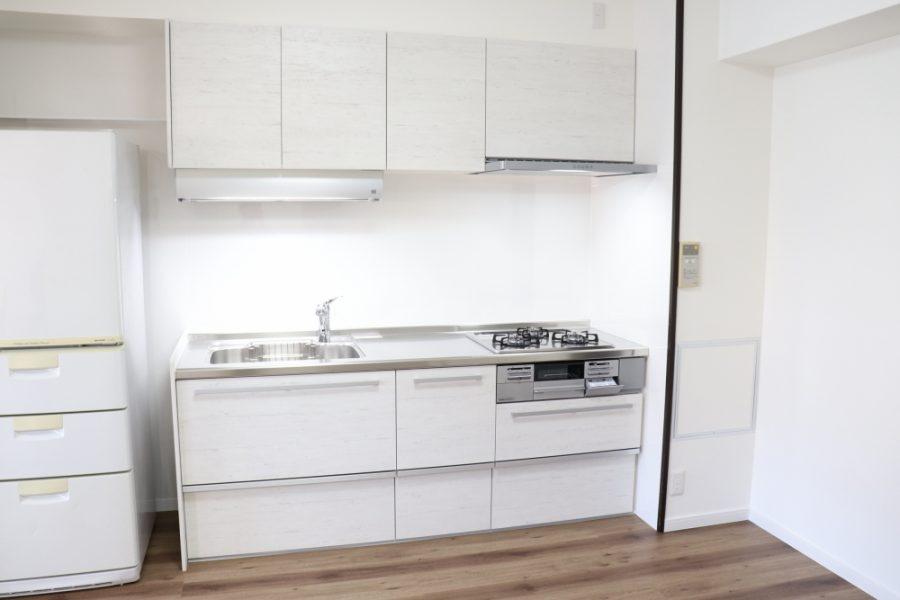 キッチンも清潔感のある色合いに