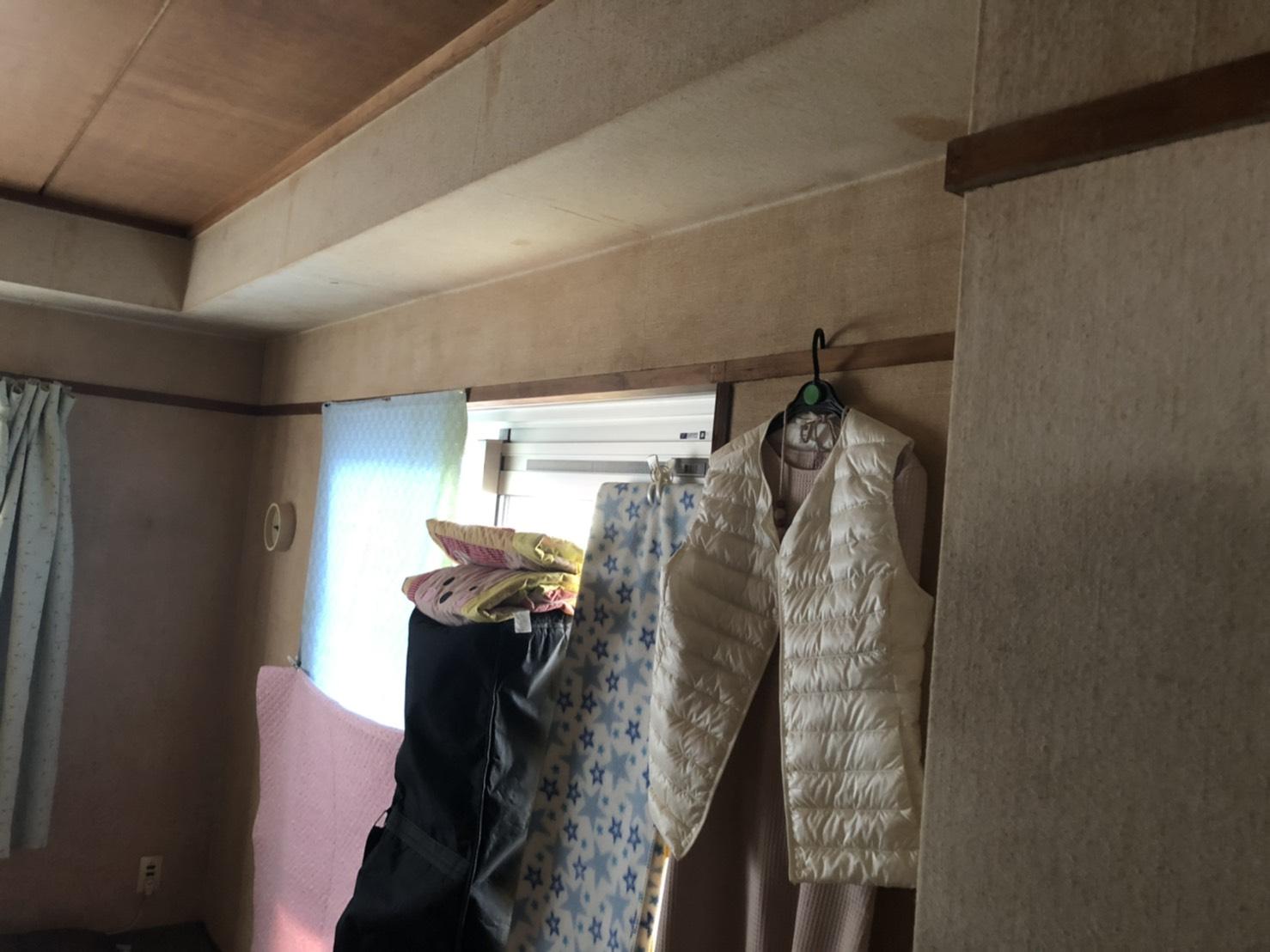 梁にアクセントクロスを張り枠回りは塗装