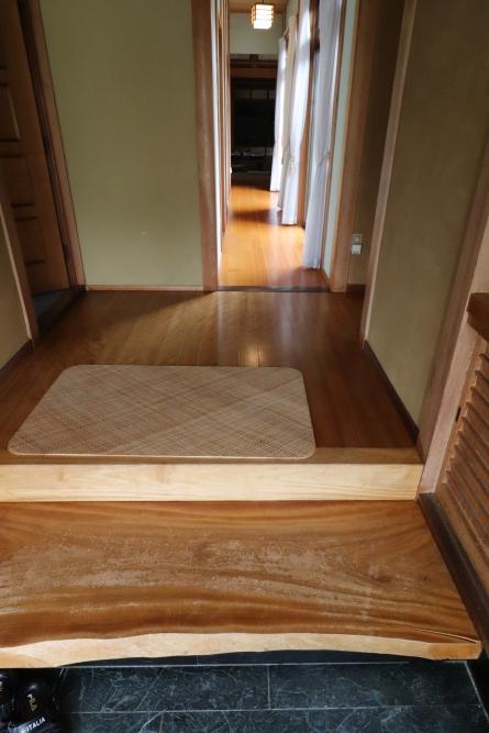 玄関廊下は自然素材の桜無垢板を張りました