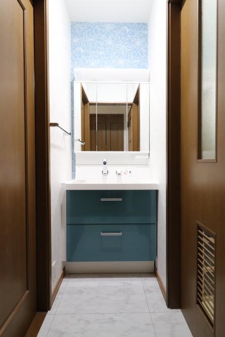 ピーコックブルー色の素敵な洗面台