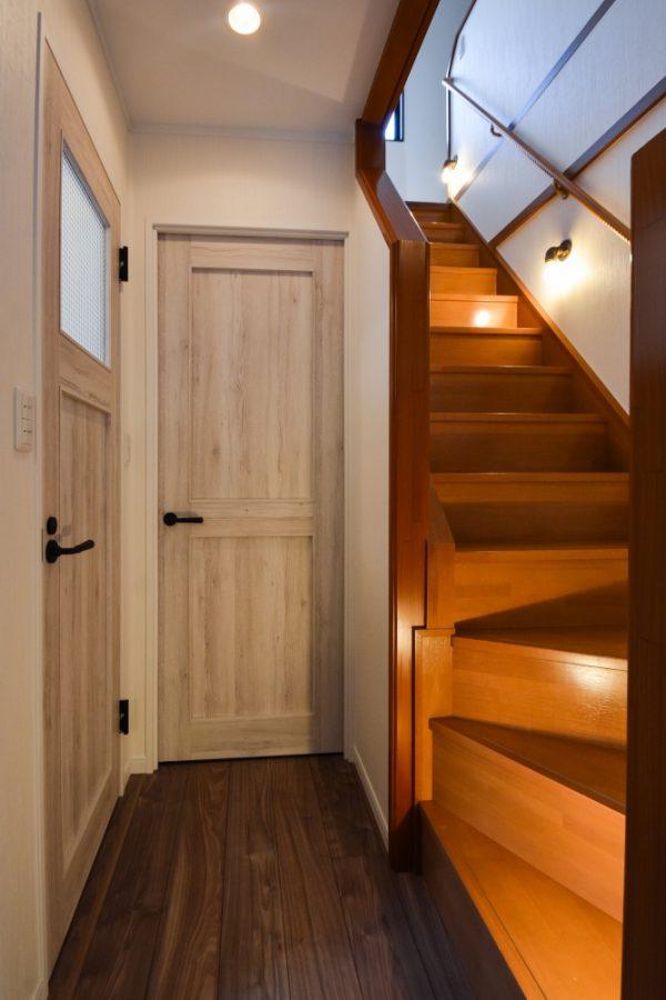 木目感のあるトイレドア