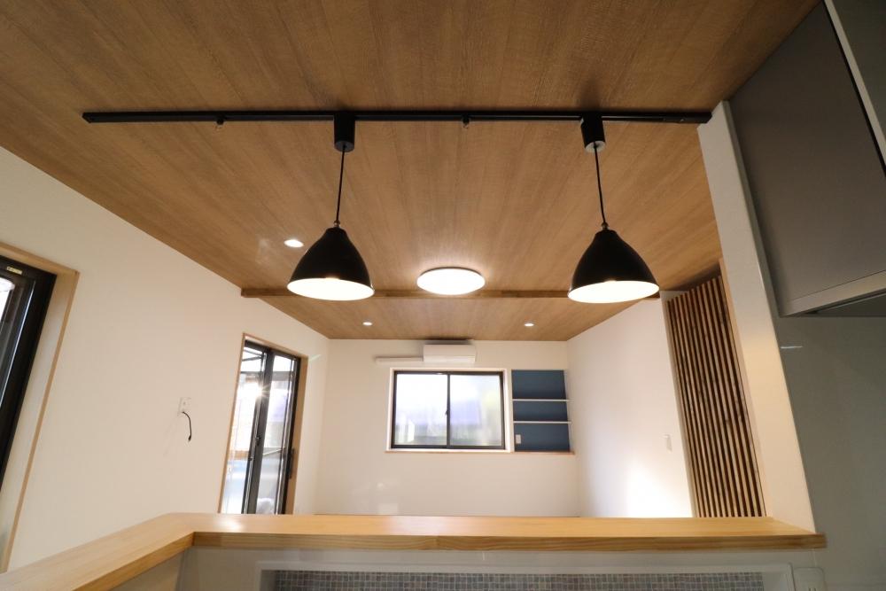 キッチン部ニッチや天井は木目クロスにペンダント照明がオシャレ