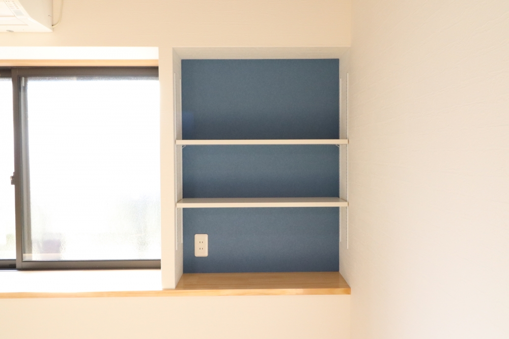 リビングサッシも変えて横のスペースも棚を設置して収納上手