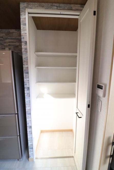 冷蔵庫横にパントリー収納も作成