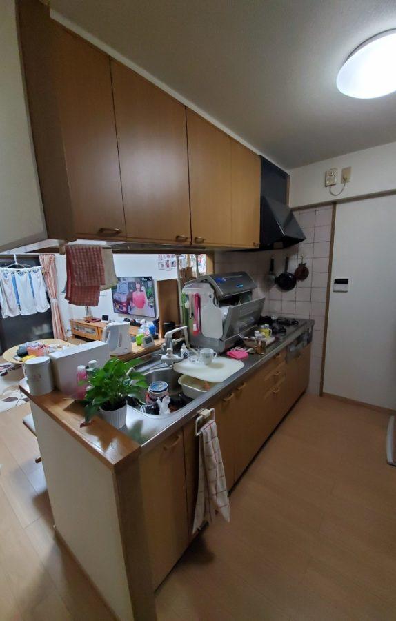 白い人造大理石で明るいキッチンへ