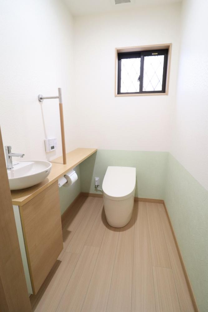 キッチンがあったダイニング一部をトイレ空間へ増設。タンクレスのTOTOネオレスト