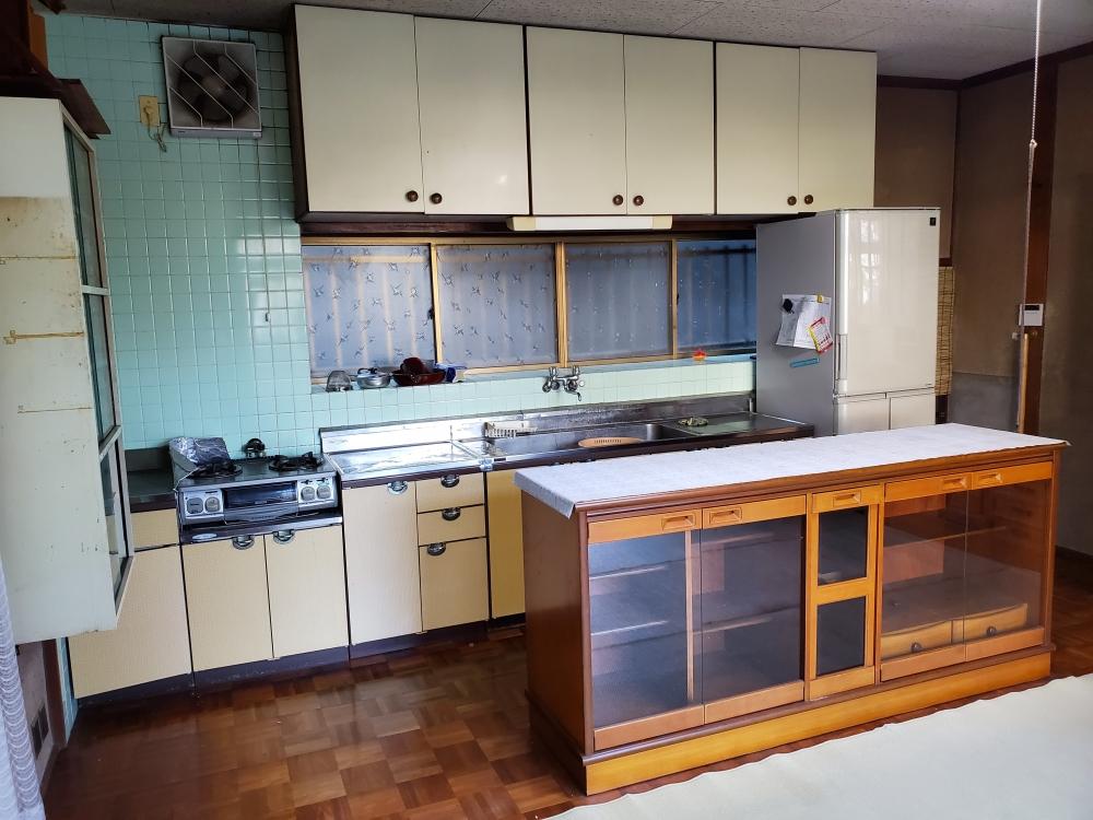 キッチンの横勝手口も壁にしてレンジ等置けるスペースを確保