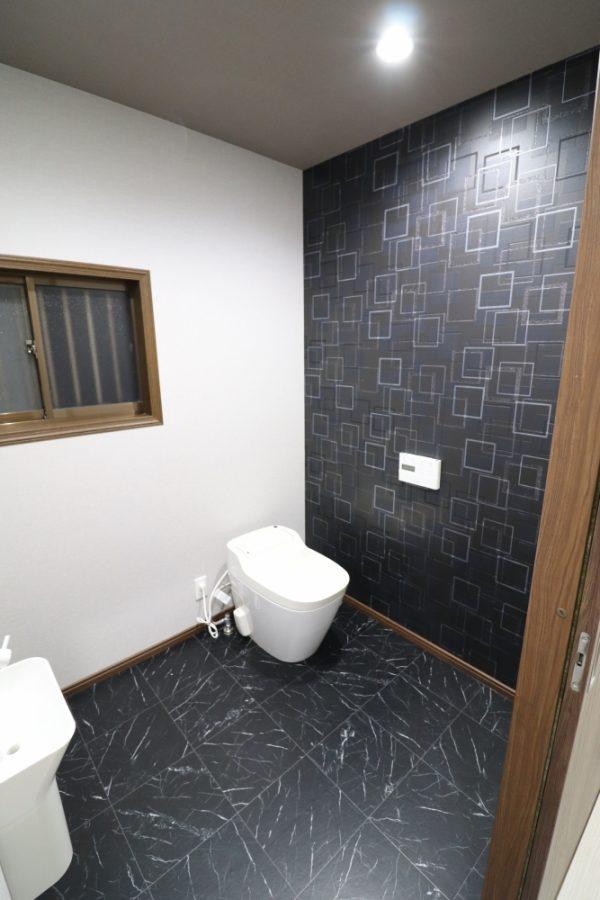 トイレ向きを変えて右側にアクセントクロス