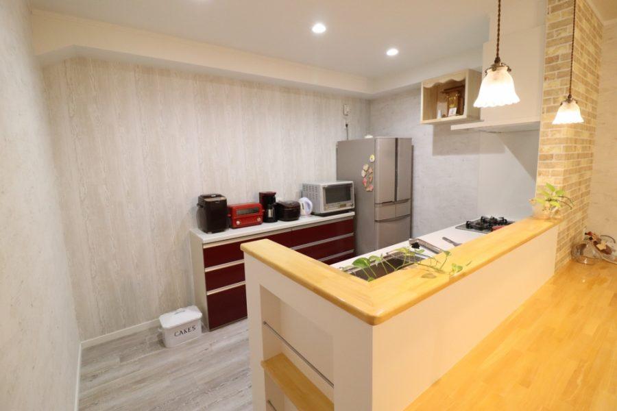 開放的な対面キッチンとローボード取付
