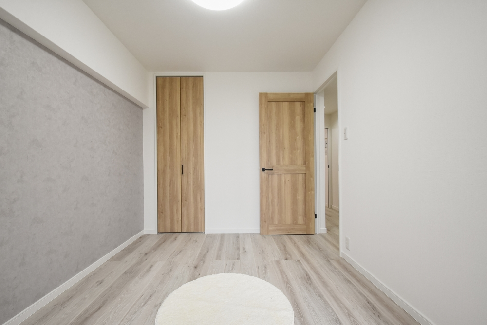 床をグレー系にするだけで部屋が広く感じます