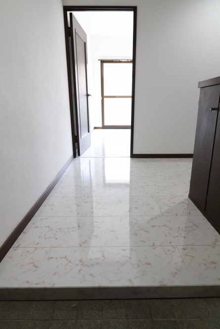 廊下や洋室も大理石柄フロア
