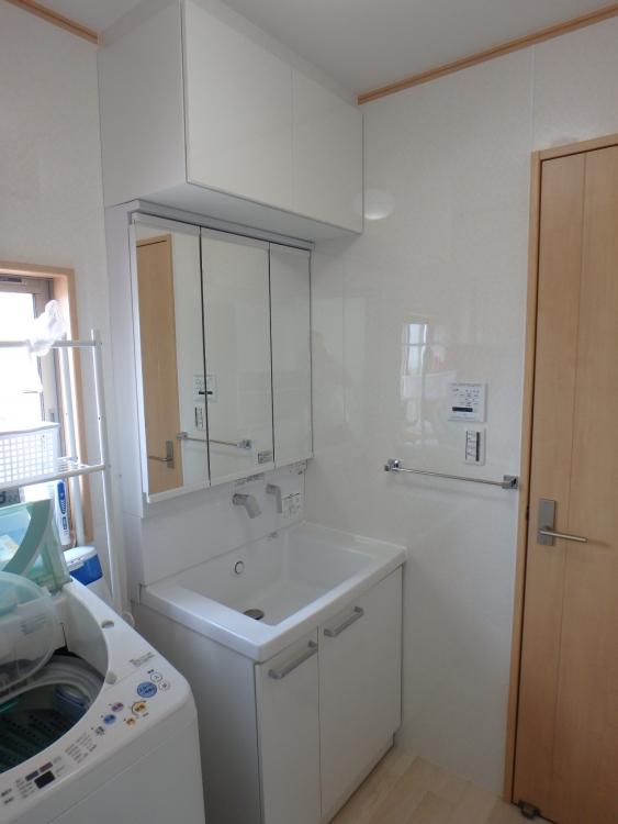 洗面台は既存の向きが後ろに洗濯機があり狭く使いづらかったので向きを横並び変更し、TOTOサクア75cm三面鏡にウォールキャビネットもついて収納充実です