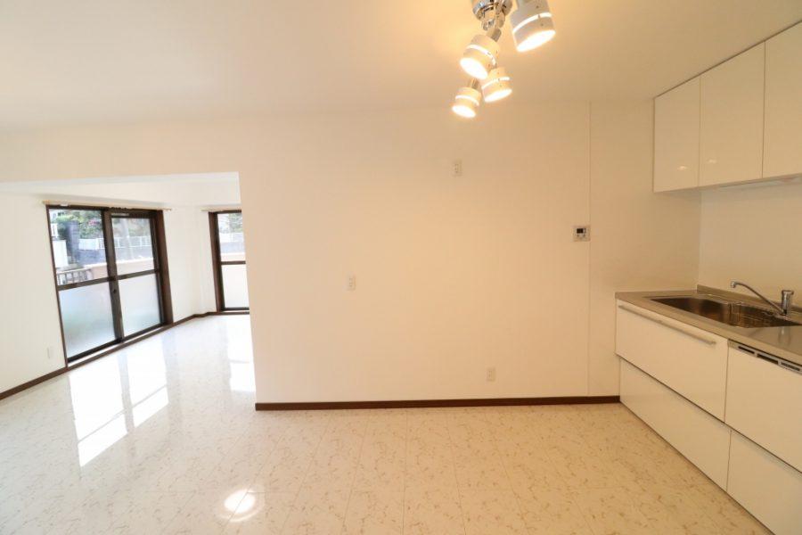 和室に続く2枚戸を壁にして食器棚と冷蔵庫を設置計画