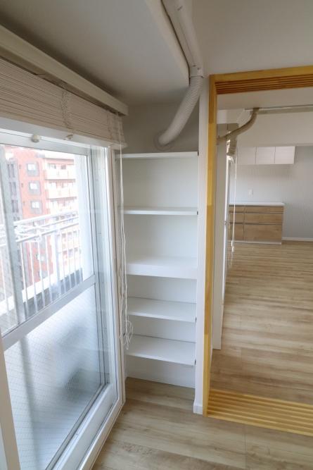 リビングとダイニングを合体、デッドスペースには棚を設置