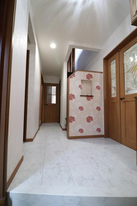 マーブル柄床色とクロスの組み合わせで上品な玄関ホール