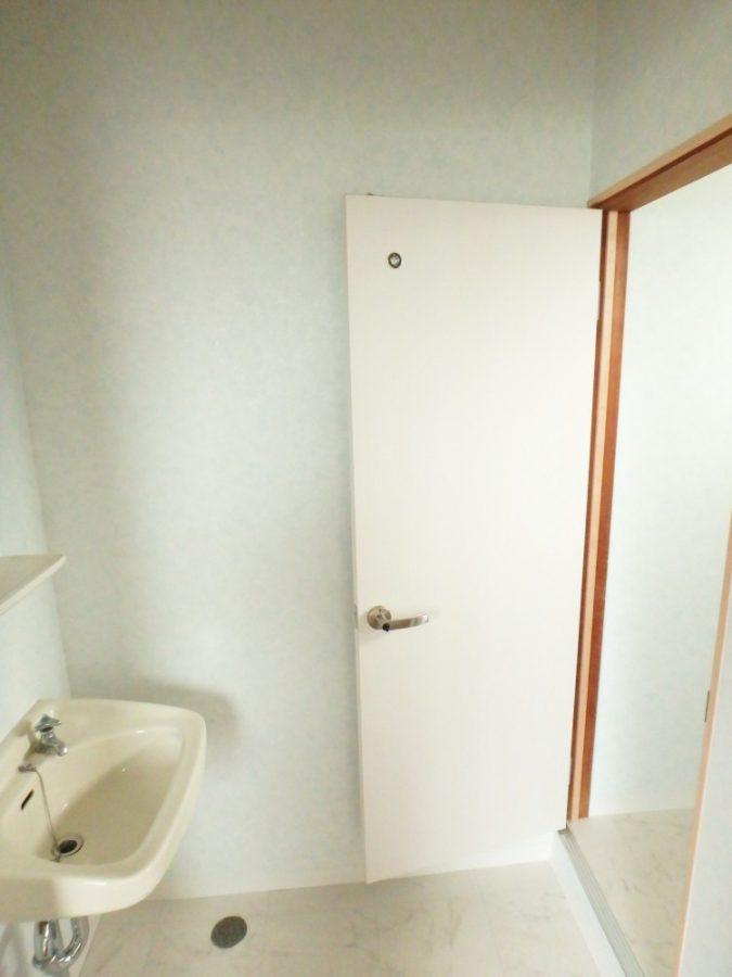 【洗面所】ポロポロと落ちてくる繊維壁からお手入れし易い壁へ。あわせて床も変更。見違えるような清潔感に。
