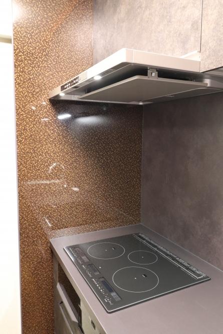 キッチンパネルも正面と左右使い分け