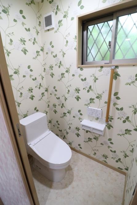 トイレの向きを変えて引き戸で幅も広く