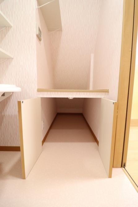 階段下スペースを造作して新たに上手く活用