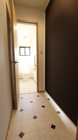 トイレ建具も新たに交換して洗面所との間にロールスクリーンを設置