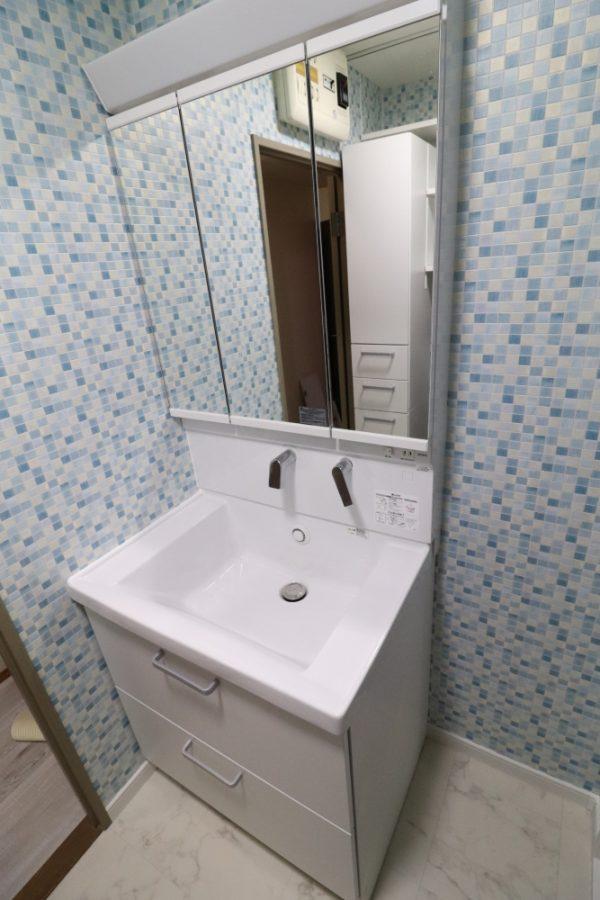 収納しやすい洗面台とアクセントクロス