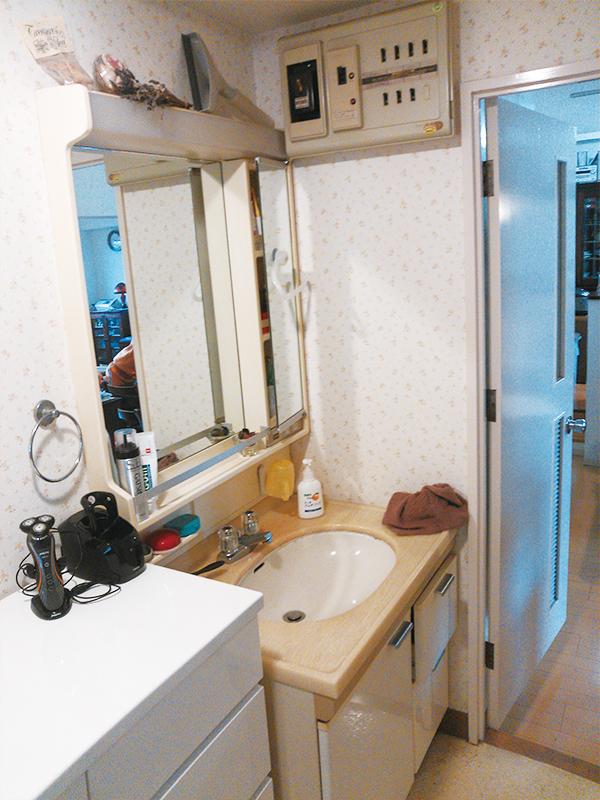 【洗面台】分電盤に干渉させないため配置をずらした洗面台。右横にちょっとしたものをおけるスペースが生まれました。