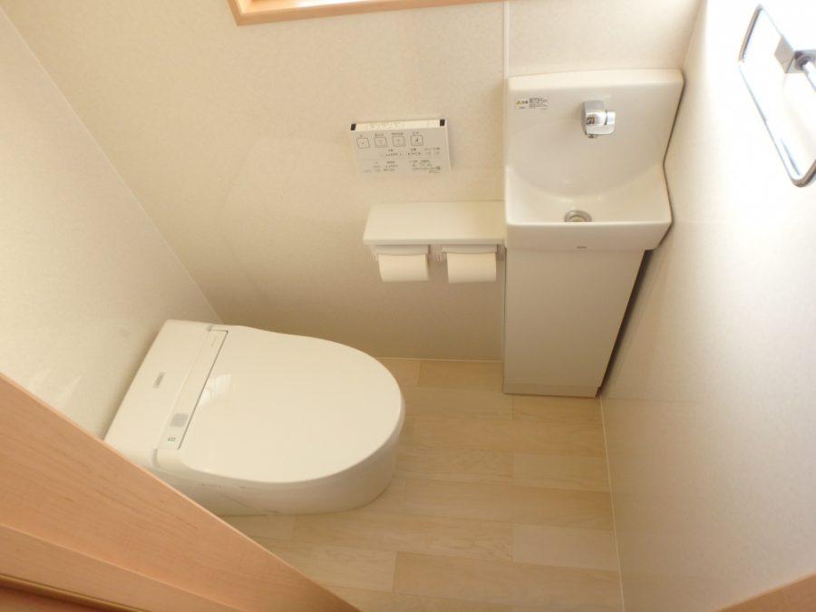 トイレは奥行125cmと狭かったので、タンクがないTOTOネオレストを設置