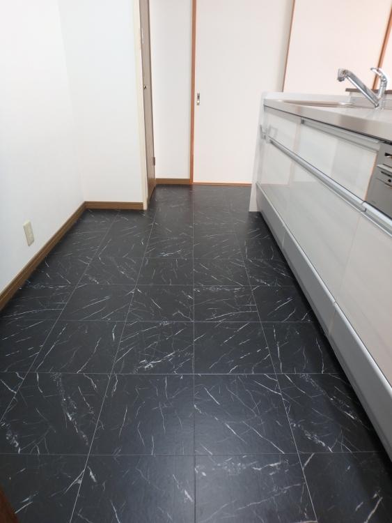 システムキッチンはクリナップのクリンレディを採用し、キッチン部の床はブラックタイル調のクッションフロアを張りメリハリを付けました。