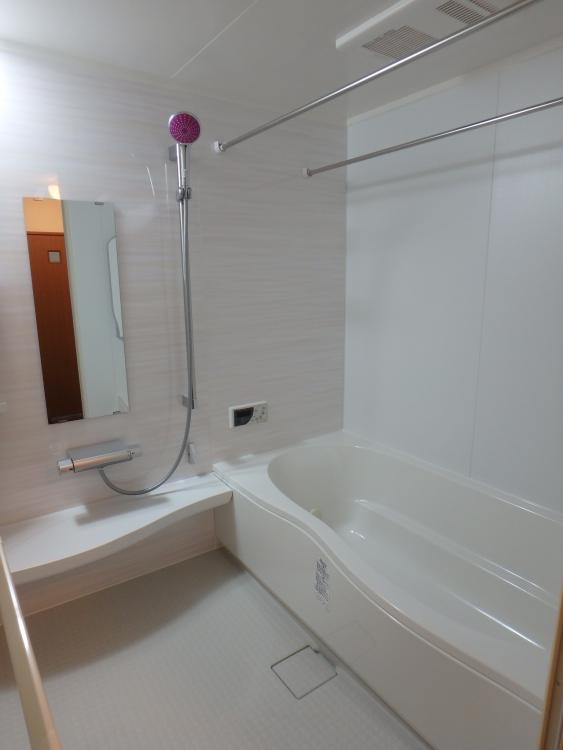 浴室は既存のものよりも大きくし足も伸ばせるようになりとても広々に。パープル調のシャワーヘッドがワンポイントでオシャレになりました。