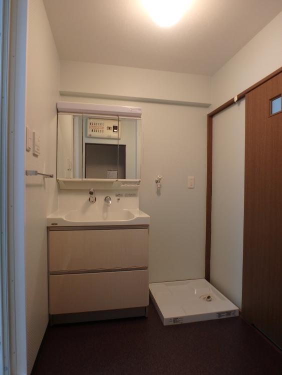 洗面所は浴室の関係で狭くはなりましたが、洗面台のボウルを人造大理石に。