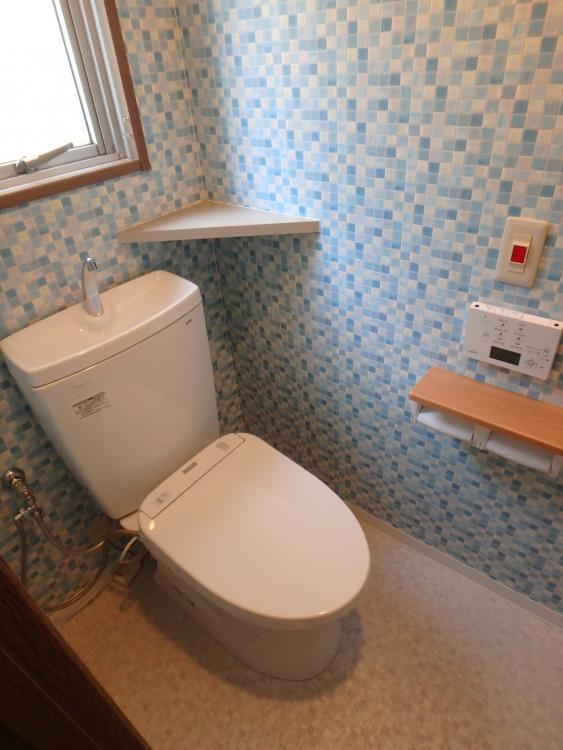 トイレの便器はTOTOピュアレストQRホワイトを採用し、クロスはブルー系モザイクタイル調を貼って少し派手になりましたが、柄目がとてもgoodです。