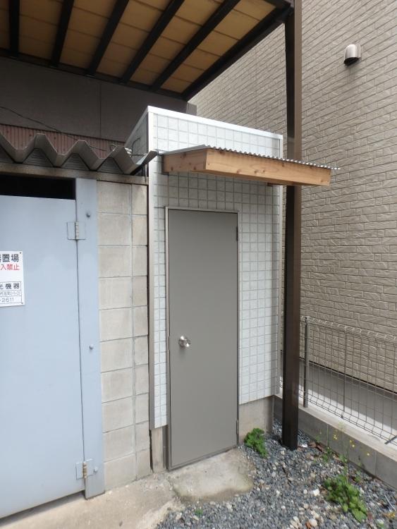 外部はアルミドアに交換して、ドア上の軒先もやり替え頑丈にしました。
