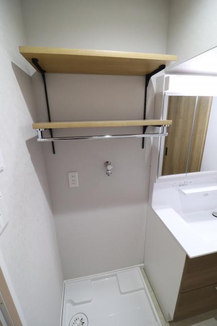 洗濯機上に可動式造作棚設置