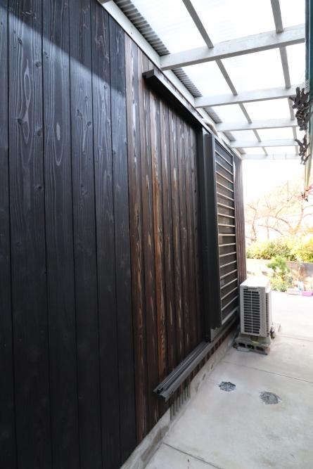 壁を焼杉板を補修