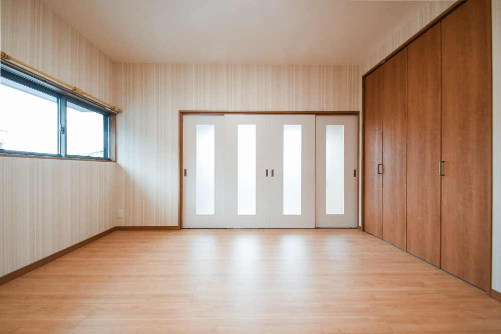 奥にある縁側のドア4枚も取替