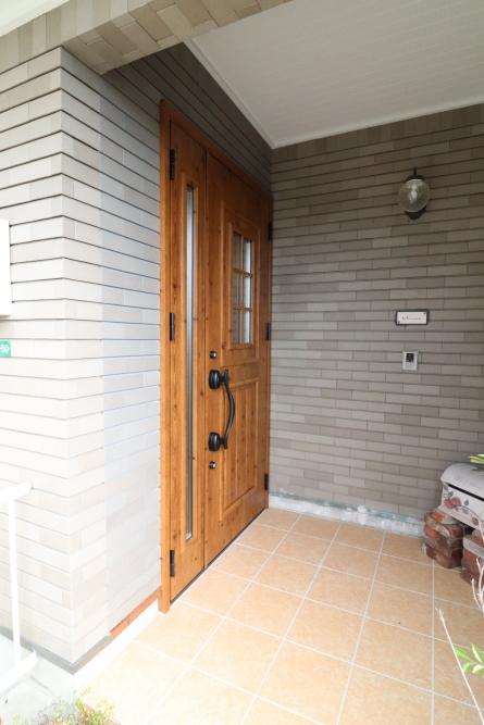 木目柄の玄関ドアへ交換