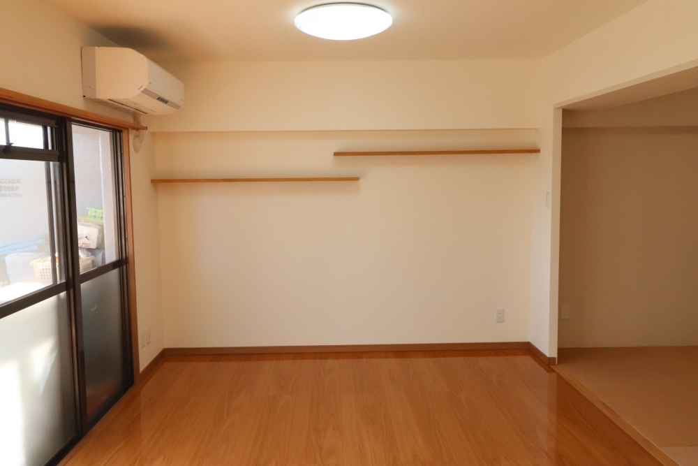 TV上デッドスペースには棚や洗濯干しも配置