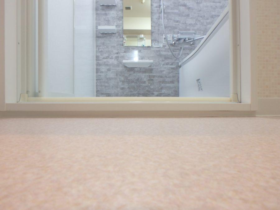 浴室への入り口は段差を軽減しバリアフリーに