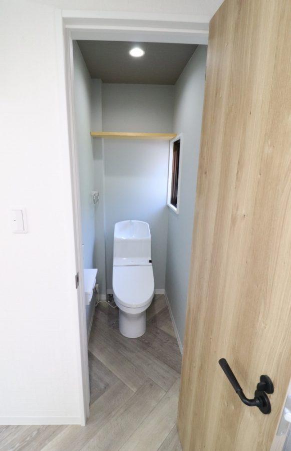 トイレ開き戸もアンティーク感満載