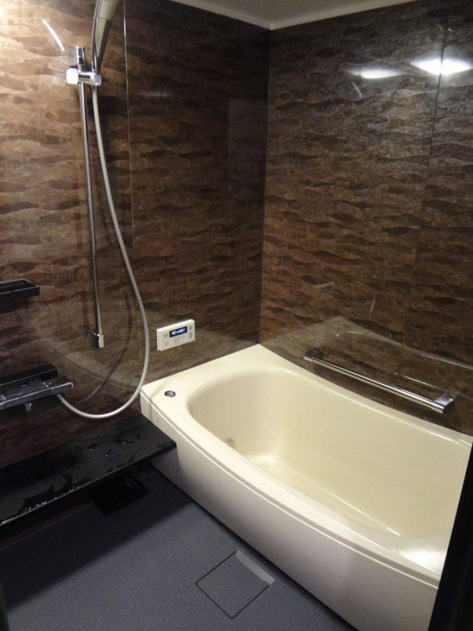 【浴室】まるで超高級ホテルにいるような贅沢な仕上がり! 浴槽も心地よさそうです。