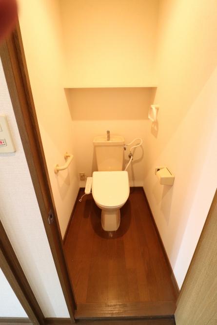 クロスや床も組み合わせでオシャレで清潔感もあるトイレへ