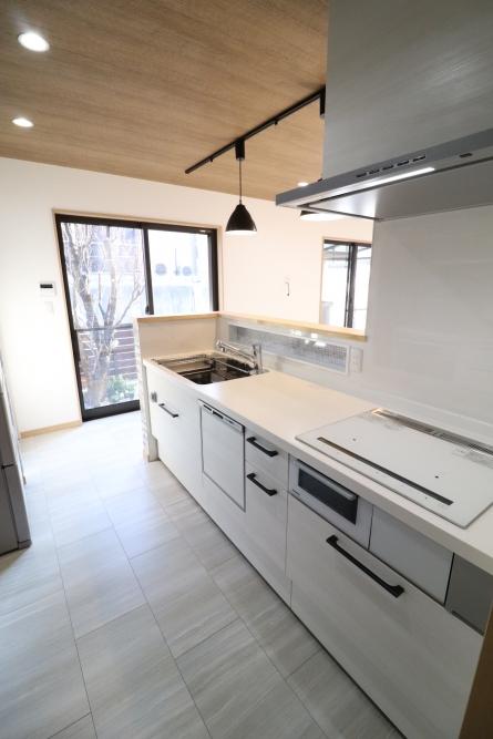 開放的な対面キッチンLIXILアレスタを設置