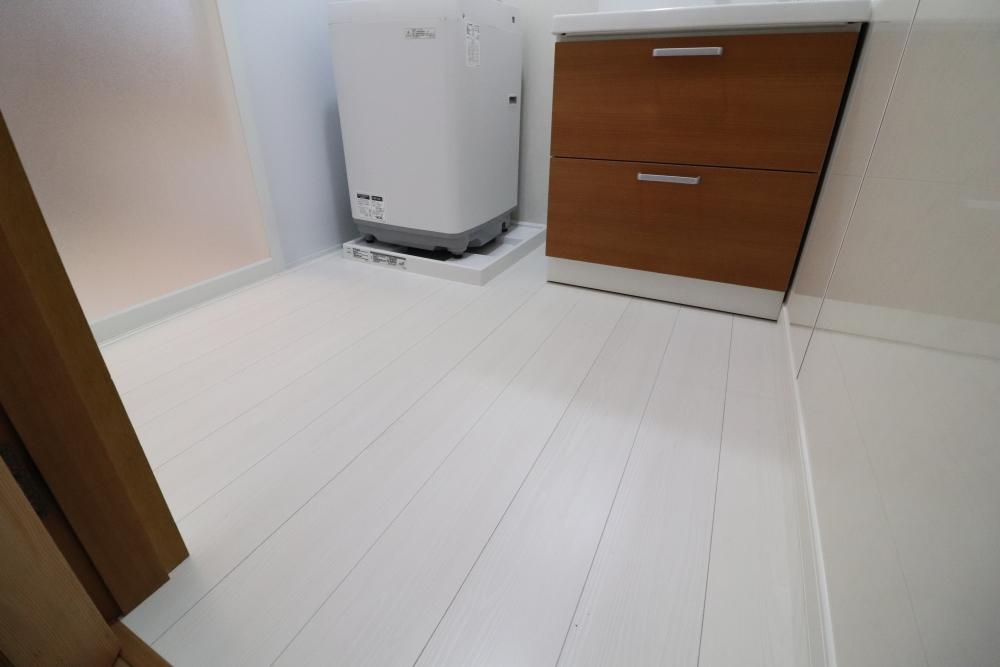 洗面台の向きを変更床も耐水フローリング仕上げ