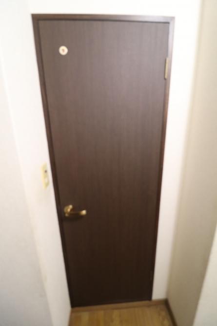 ドアを新調、枠はダイノックシート張り仕上げ