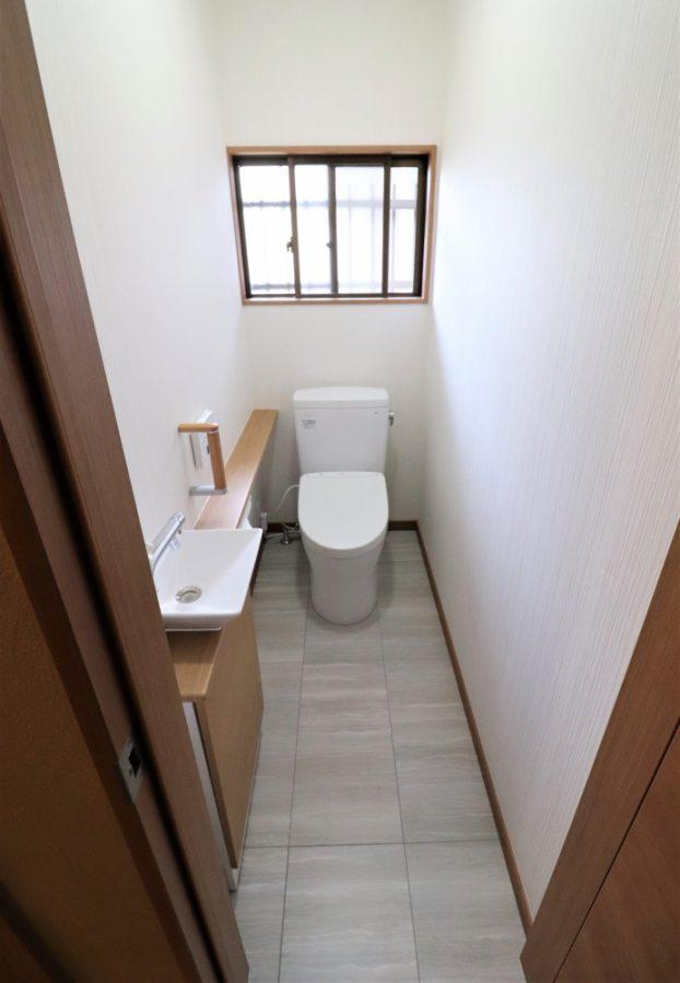 タイルで暗いトイレから明るい清潔感のあるトイレへ